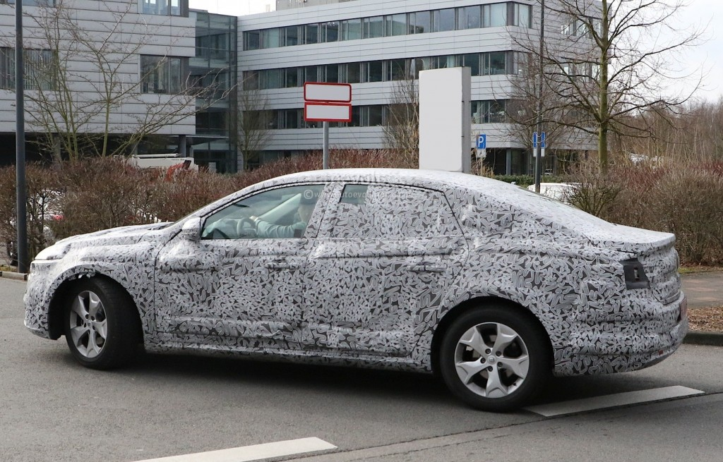 all-new-2016-renault-laguna-flagship-sedan-spied-for-the-first-time-photo-gallery_6