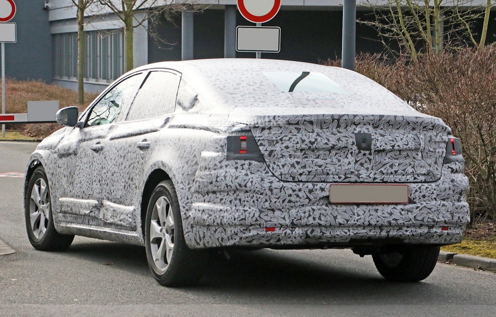 all-new-2016-renault-laguna-flagship-sedan-spied-for-the-first-time-photo-gallery_9
