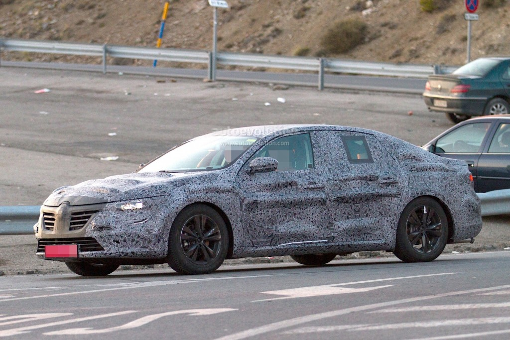 new-renault-laguna-flagship-sedan-spied-again-could-debut-later-in-2015_3