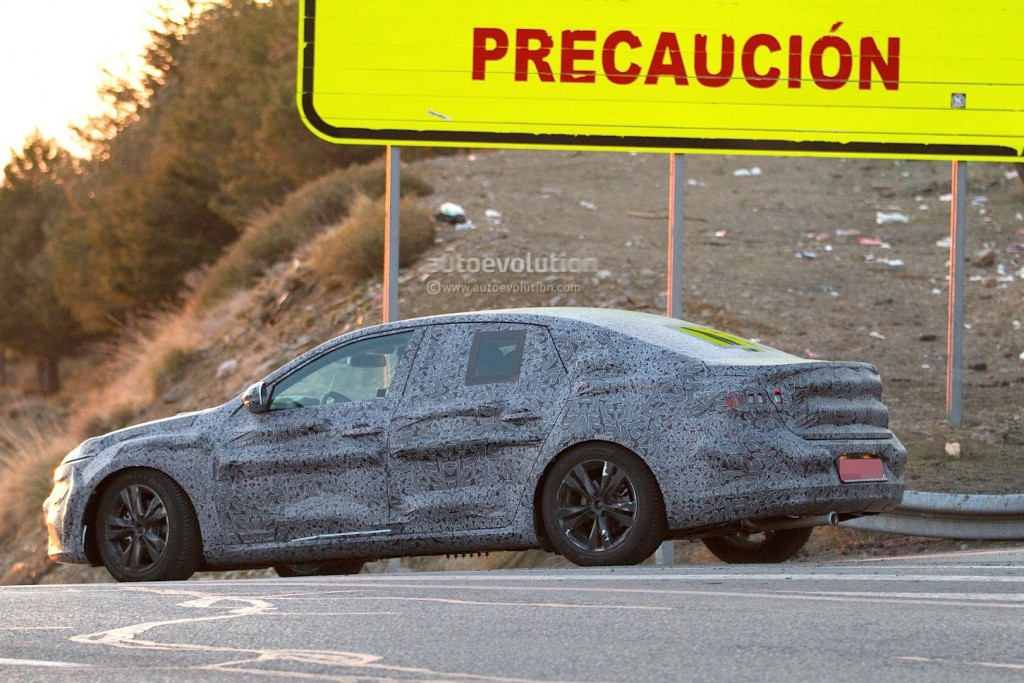 new-renault-laguna-flagship-sedan-spied-again-could-debut-later-in-2015_6