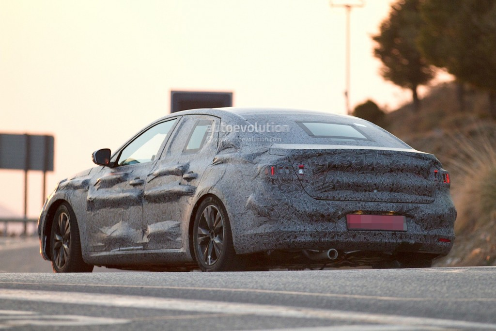 new-renault-laguna-flagship-sedan-spied-again-could-debut-later-in-2015_7