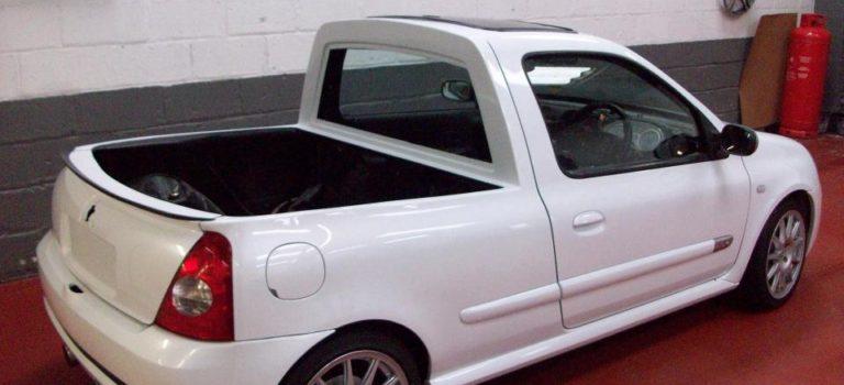 Ένα Renault Clio μετατράπηκε σε ένα παράξενο μίνι pick-up φορτηγάκι