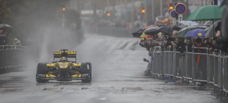 F1 | Παρά την βροχή ο κόσμος ανταποκρίθηκε στο show της Renault στη Νίκαια της Γαλλίας (pics)