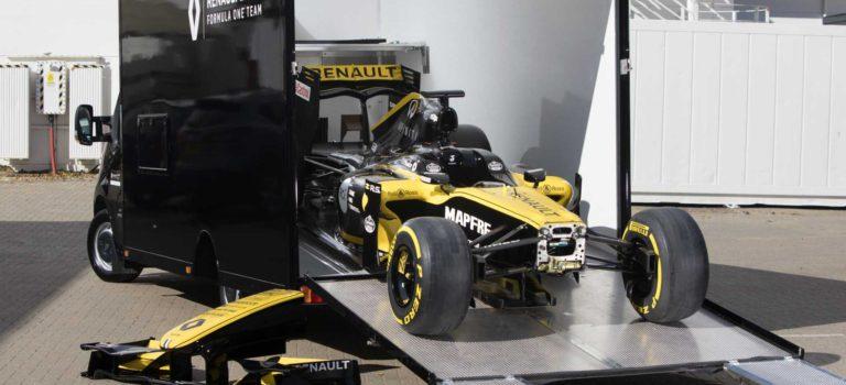 Μπορεί να χωρέσει ένα μονοθέσιο της Formula 1 στο Renault Master;